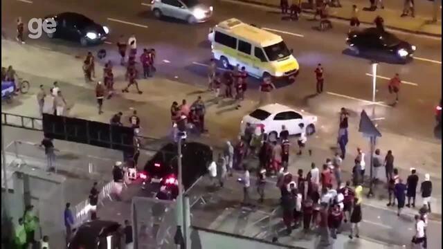 Torcedores do Flamengo chutam carros na saída do Maracanã
