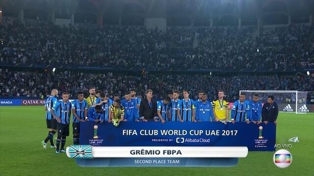 Jogadores do Grêmio recebem a medalha de prata do Mundial de Clubes da Fifa