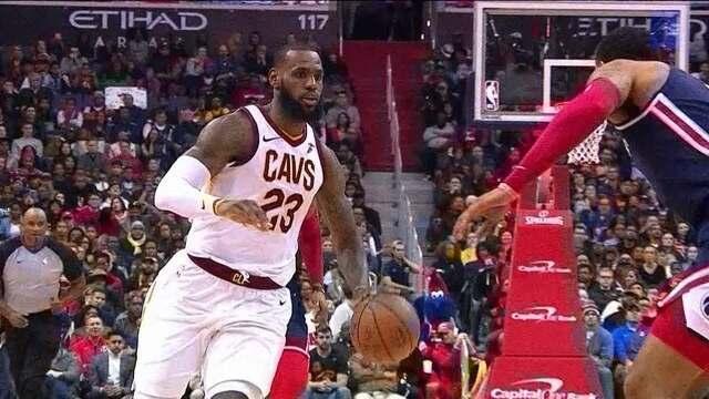 LeBron James faz jogada sensacional, gira sobre marcação e faz mais dois pontos, 102/94