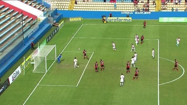 Vitor Gabriel cabeceia na pequena área e Cucato faz grande defesa aos 32 do 1º tempo