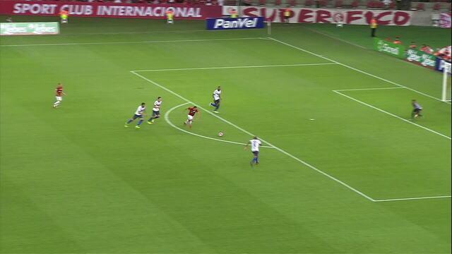 Damião avança pelo meio, passa pela marcação e solta a bomba sobre o gol aos 16' do 2/T