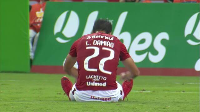 Gabriel Dias deixa Damião na cara do gol, mas centroavante perde o gol aos 29' do 2T