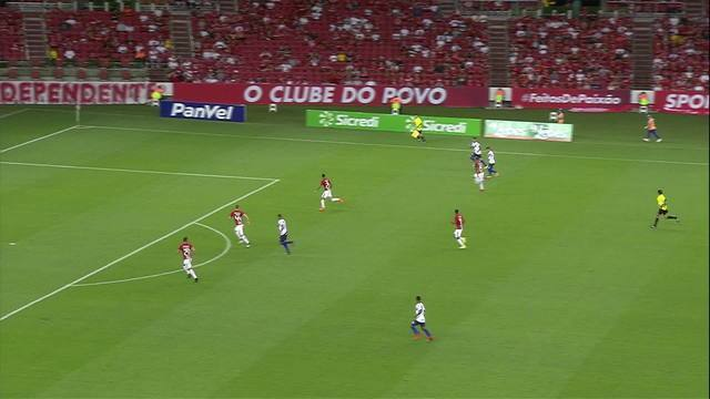 Felipe Mattioni toca para Wesley, que chuta por cima do gol aos 31' do 2/T