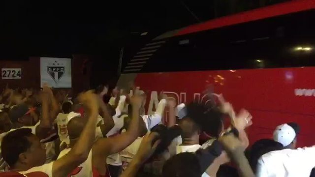 Ônibus do São Paulo chega ao CT sob protestos de torcedores