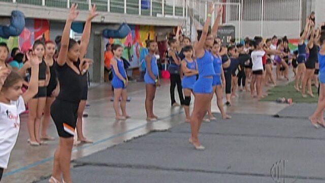 Medalhista de ginástica rítmica ensina técnicas para cerca de 100 atletas em Suzano