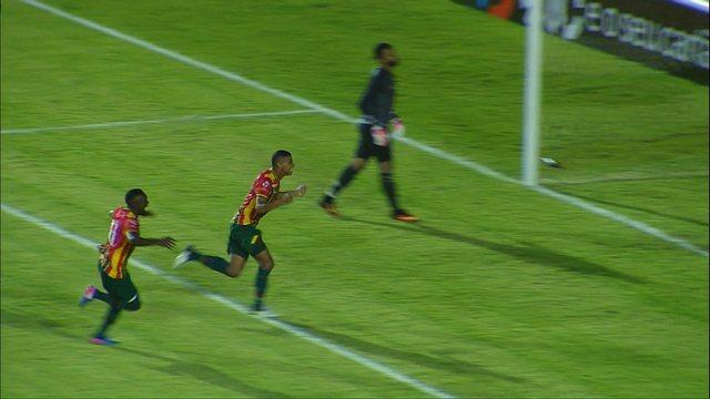 Gol do Sampaio Corrêa! Uilliam bate a cobrança de pênalti e abre o placar aos 26 minutos