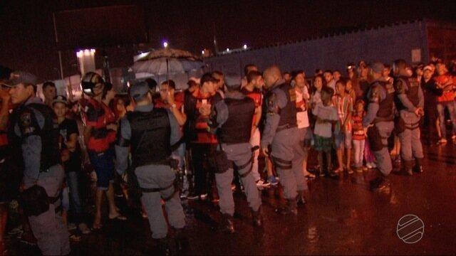 Flamengo e Fluminense chegaram a Cuiabá e foram recebido debaixo de chuva pelos torcedores