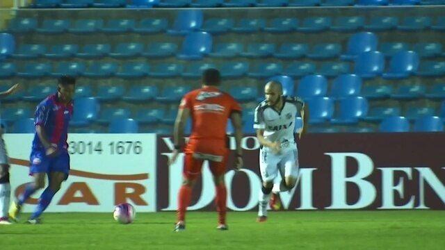 Aos 01`, Lelê entra na área, Leandro Silva acaba atropelando o jogador. Juíz marca pênalti