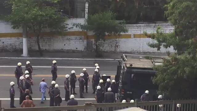 Fora do Morumbi, PM coloca vários torcedores organizados do São Paulo dentro de camburão