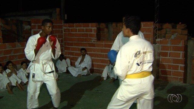 Professores ensinam karatê e capoeira a crianças carentes