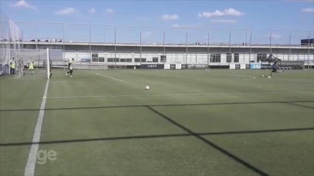 Renato participa de treino de cobranças de faltas no Grêmio
