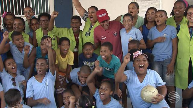 Jogador do Vitória entrega presentes para alunos da APAE em Salvador