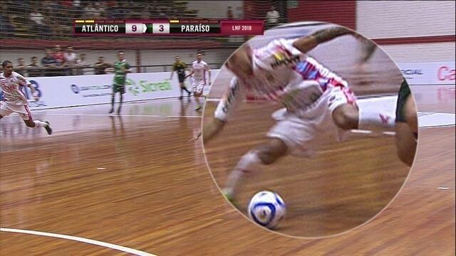 Cleber, do Atlântico Erechim, sofre lesão feia no fim do jogo contra o Paraíso Futsal