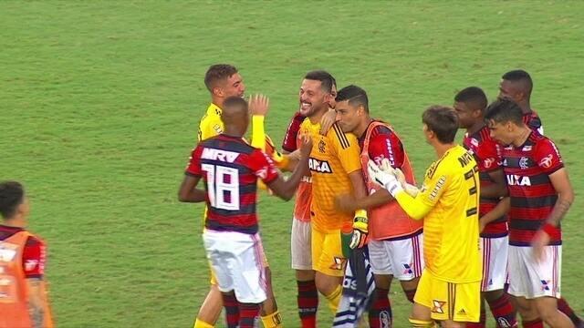 Júlio César comemora vitória e jogadores correm para abraçar goleiro