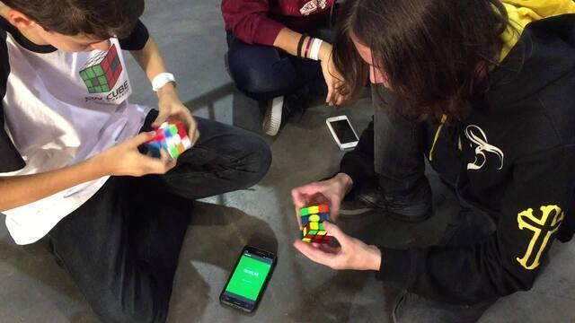 Exercício da mente: desafio de cubo mágico também é uma das atrações de feira fitness