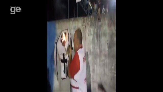Presidente do Vilhena comemora vitória do seu maior adversário, queimando caixão do clube