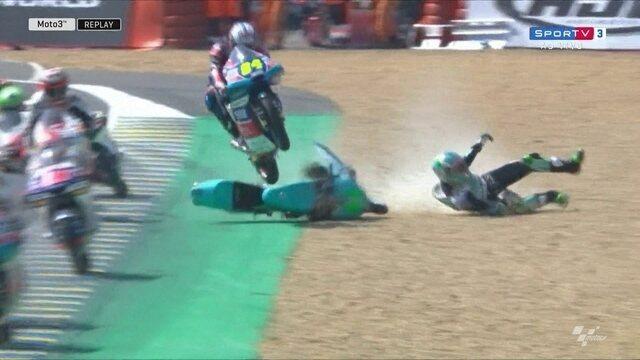 Piloto realiza salto incrível sobre rival no GP da França de Moto3 em Le Mans