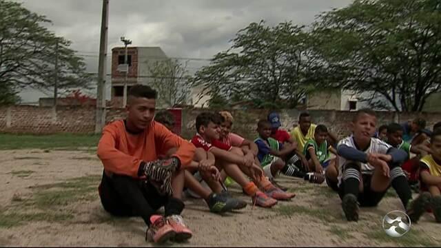 Polícia Militar realiza projeto com futebol para crianças e adolescentes