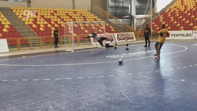 Rodrigo tira onda de goleiro em treino do Sorocaba Futsal