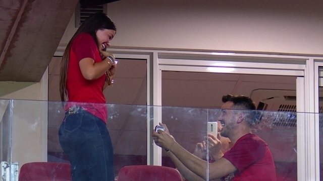 Torcedor do Inter pede a namorada em casamento no Beira-Rio