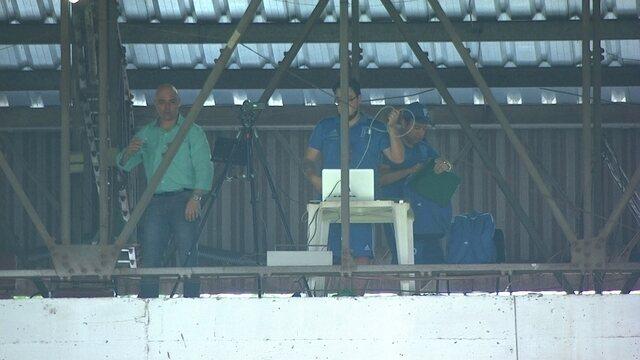 Presidente e diretor do Palmeiras se preparam para ver jogo da laje do estádio do Café