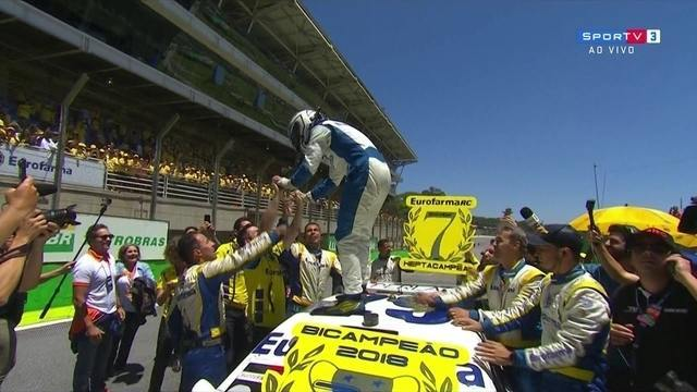 Daniel Serra comemora muito o bicampeonato da Stock Car
