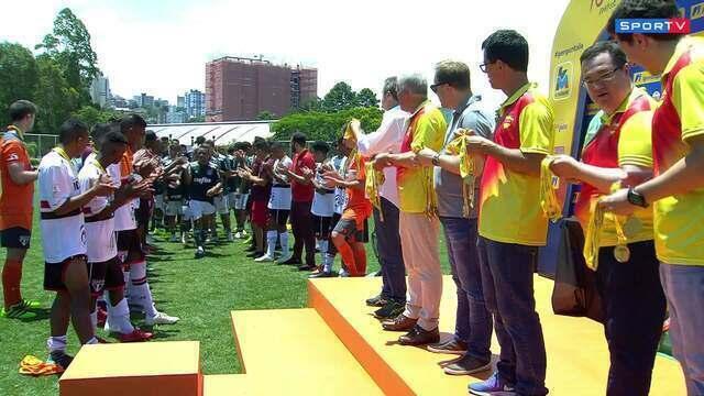 Jogadores do São Paulo fazem corredor para o Palmeiras, campeão da Copa RS
