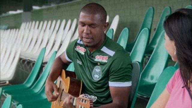 """Atacante do Coritiba, Rodrigão mostra lado de artista e toca violão: """"É uma terapia para m"""