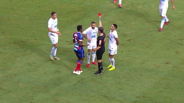 Expulso! Paulinho Moccelin faz falta dura em Gilberto e recebe cartão vermelho aos 40 do 1º tempo