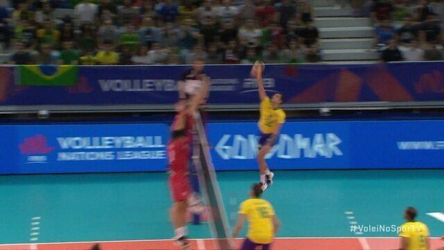 2º Set - Douglas solta o braço, e faz mais um para o Brasil, 14 x 11
