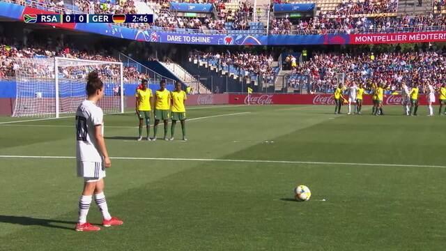 Alemanha cobra falta na área, mas Popp pega mal na bola, aos 2' do 1º tempo