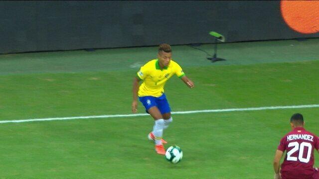 Rodrigo Rodrigues diz que Tite sabe que precisa mudar o time, mas fica adiando