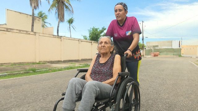 Em uma cadeira de rodas, idosa de 100 anos treina para disputar corrida de rua, em RR