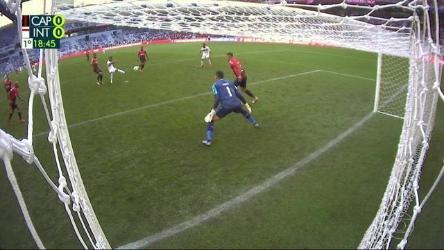 Tréllez pega a sobra e chuta sobre o gol, aos 18` do 1º tempo