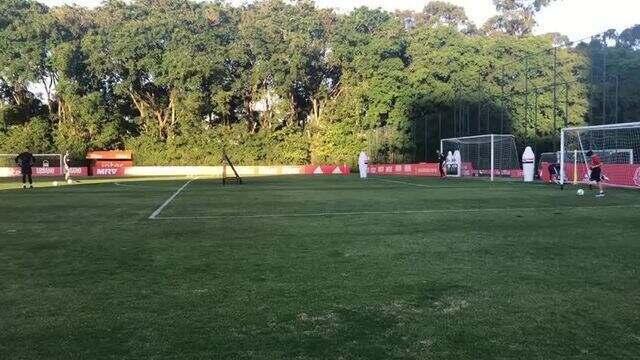 Jean faz gol de falta em treino do São Paulo