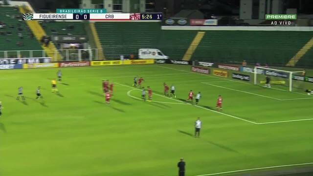 Aos 5`do primeiro tempo, Zé Antonio bate a falta e a bola passa por cima do gol do CRB