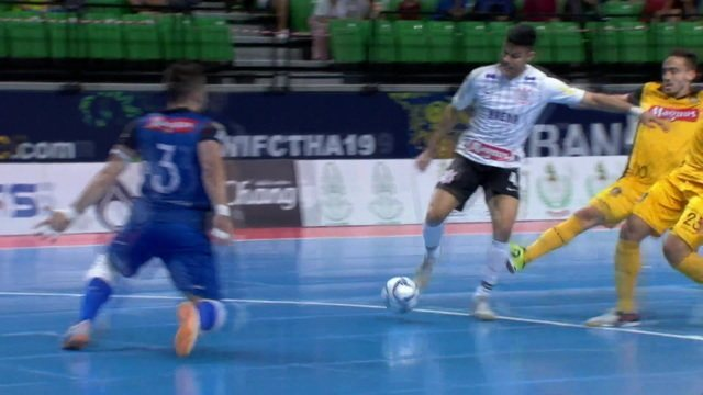 Murilo recebe dentro da área, mas Lucas Oliveira sai bem e faz boa defesa