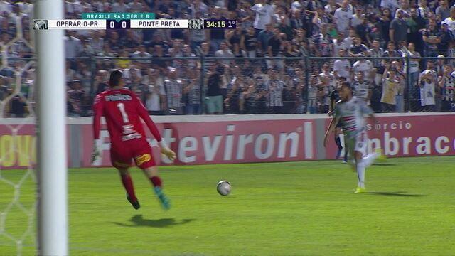 Felipe Augusto quase alcança a bola, só que Ivan consegue chegar primeiro para evitar o gol, aos 34 do 1º tempo
