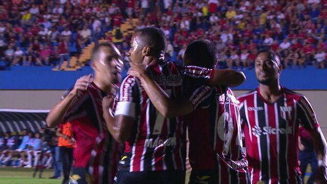 Gol do Botafogo-SP! Murilo Henrique chuta de fora da área e conta com desvio na zaga para marcar aos 20 do 1º tempo