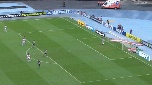 Reinaldo solta a bomba de fora da área e obriga Gatito a fazer bela defesa, aos 11' do 1º tempo