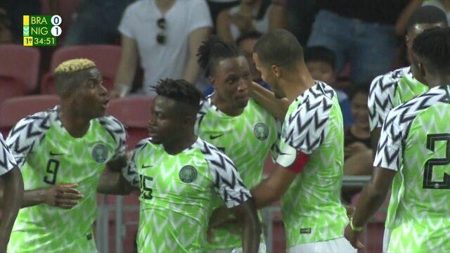 Gol da Nigéria! Simon domina pela direita e aciona Aribo dentro da área, que ajeita e bate com força, aos 34 do 1º tempo