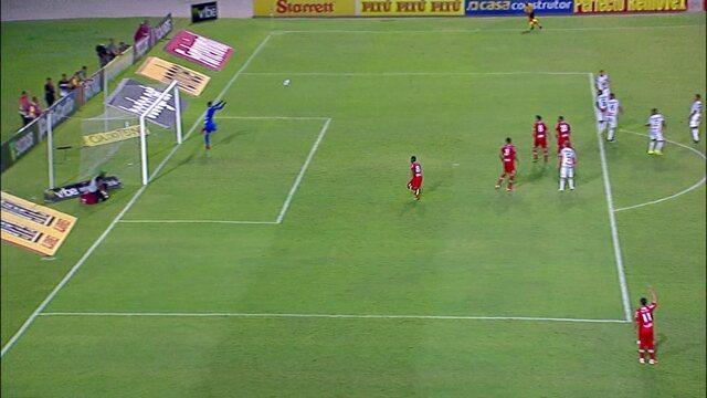 Rodrigo Viana defende o chute de Élton aos 30 minutos do segundo tempo