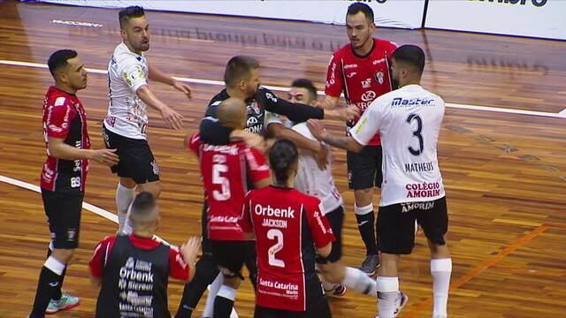 Jogadores de Corinthians e Joinville trocam socos em partida da Liga Nacional de futsal