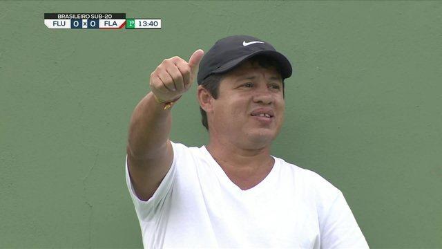 Na arquibancada, ex-jogador, Iranildo chuchu pai de Yago, reserva do Fluminense, assiste ao jogo