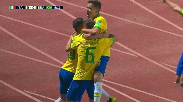 Gol do Brasil! Patryck avança para a área e chuta para pegar o goleiro desprevenido e colocar na rede, aos 5 do 1º tempo