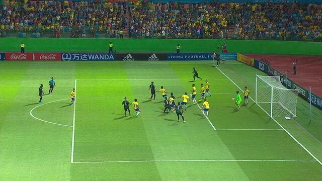 Após escanteio, Pirola aparece sozinho e cabeceia com perigo e obrigar o goleiro brasileiro e saltar, aos 15 do 1º tempo