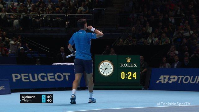 Djokovic pontua sobre Thiem e sai com a mão no ouvido pra escutar os aplausos