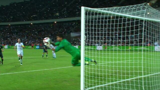 Messi cobra por cima da barreira, mas o goleiro uruguaio defende sem sustos, aos 43' do 1º tempo