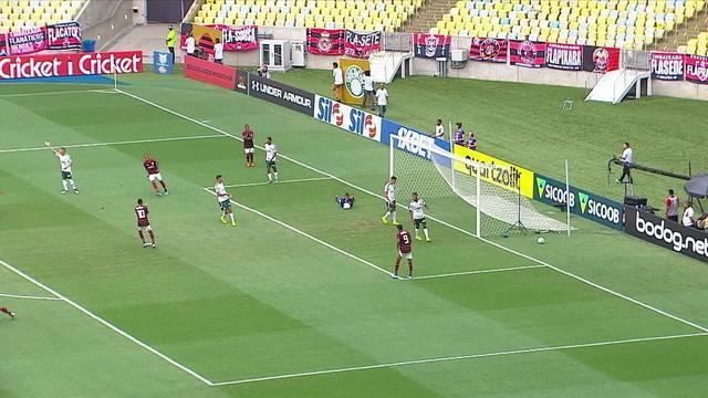 Carlos Daniel chuta cruzado e o goleiro Bruno faz a defesa, com 1' do 1º tempo