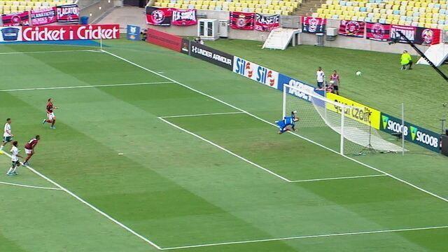 O atacante do Flamengo chuta forte de longe, mas o goleiro Bruno defende, aos 27' do 1º tempo